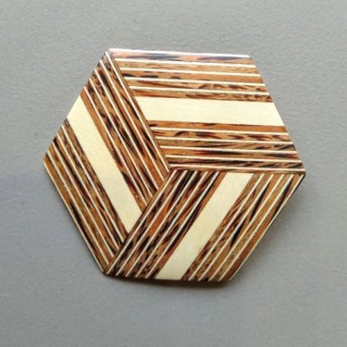 Broche carrée en bois de palmier patawa (G Larondelle)